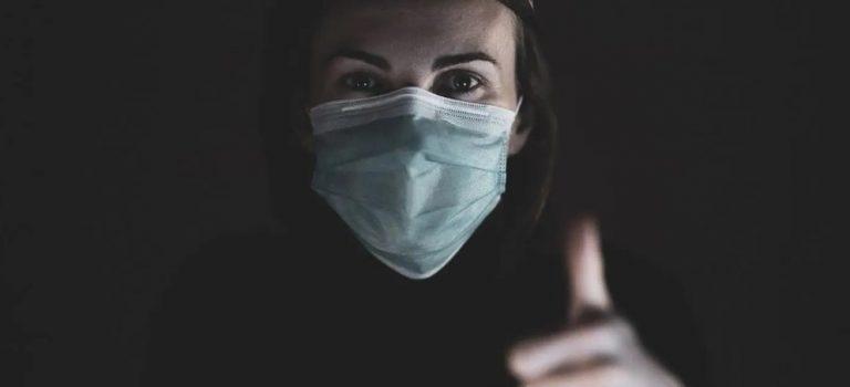 Femme avec un masque de protection